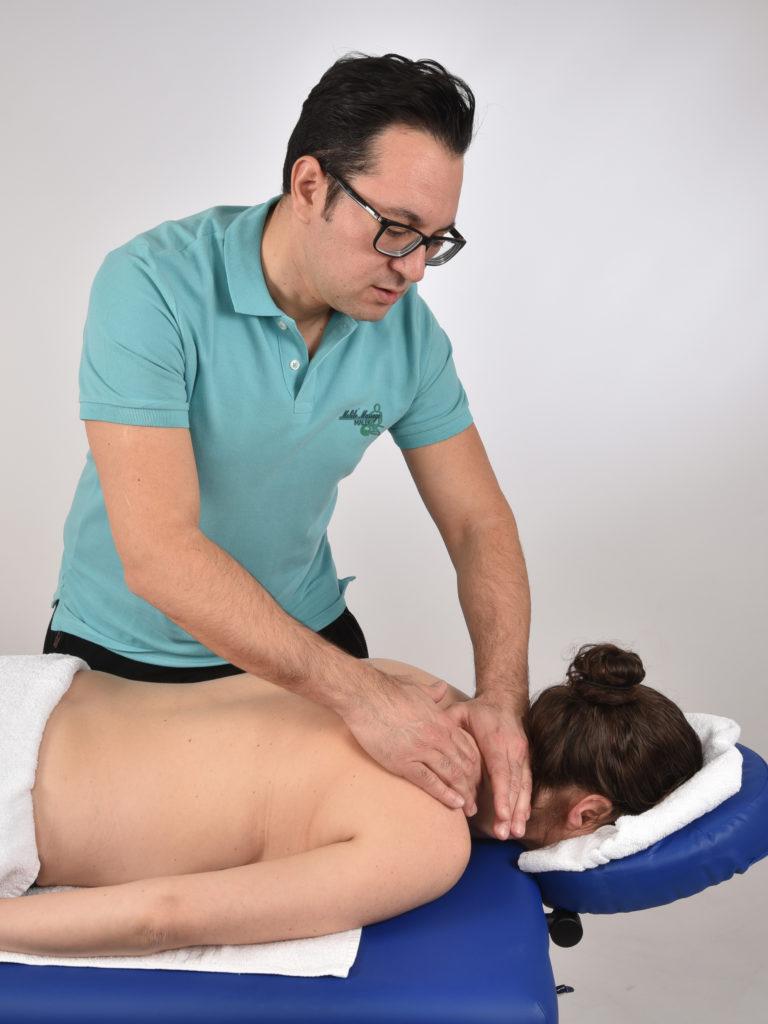 un masseur fait un massage à une femme